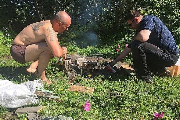 мужчины разжигают костер