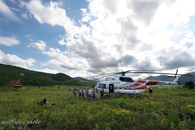 вертолет опускается в центральной части долины и парка налычево