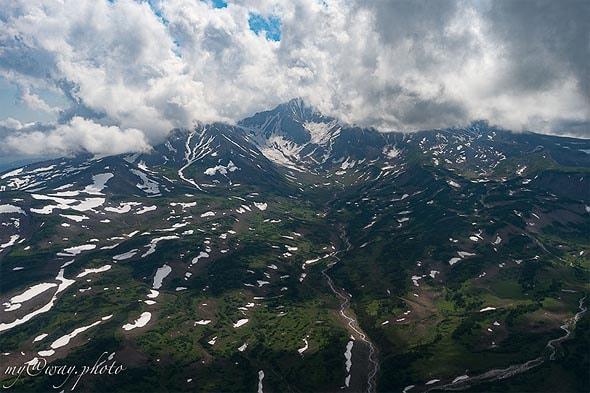 во время извержений из вулканов изливались потоки лавы и шлаков