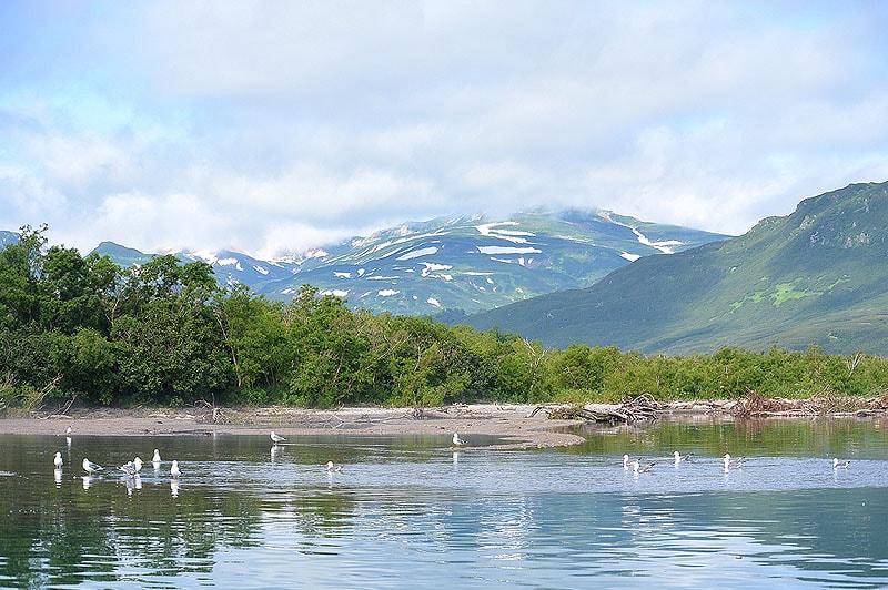 вода на отмелях курильского озера голубая