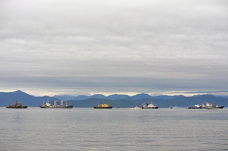 в ровную линию выстроились боевые единицы тихоокеанского флота