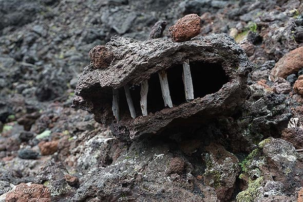 у входа в пещеру местный страж чудище из камней