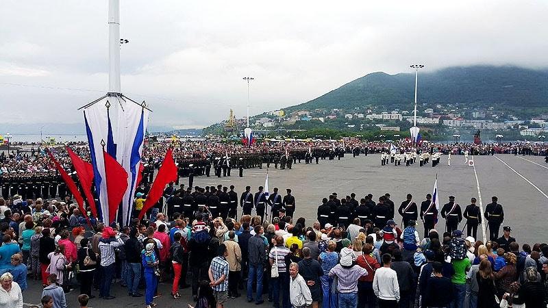 на главной площади петропавловска яркие флаги