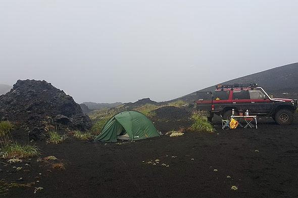 разбили палатку немного поодаль у здоровенных кусков лавы