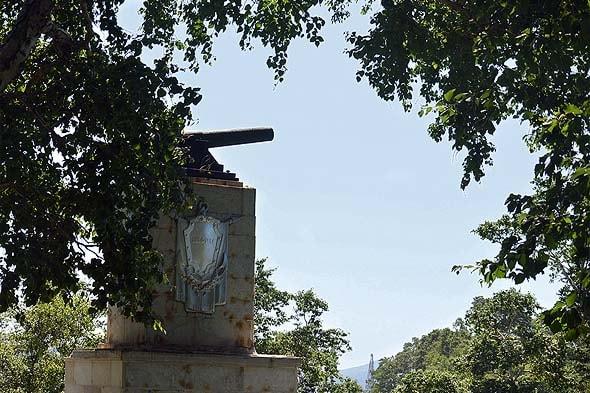 один из мемориалов славы героям морякам и артиллеристам