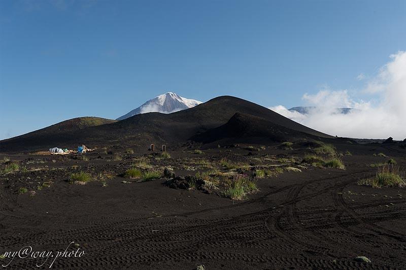 на фото оба вулкана острый толбачик и плоский толбачик