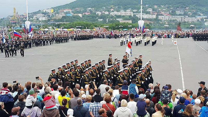 почетный караул подтянутые офицеры морского флота с желтым аксельбантом