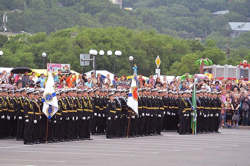 лучшие представители тихоокеанского флота выстроились на площади