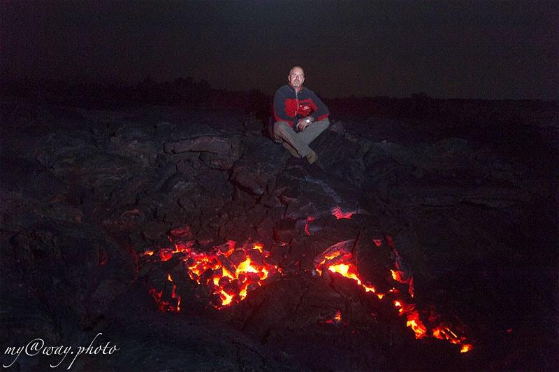 плоский толбачик в ночной темноте сияют очаги раскаленной лавы