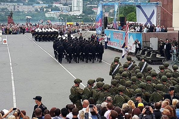 молодцеватые десантники в экипировке солдата будущего