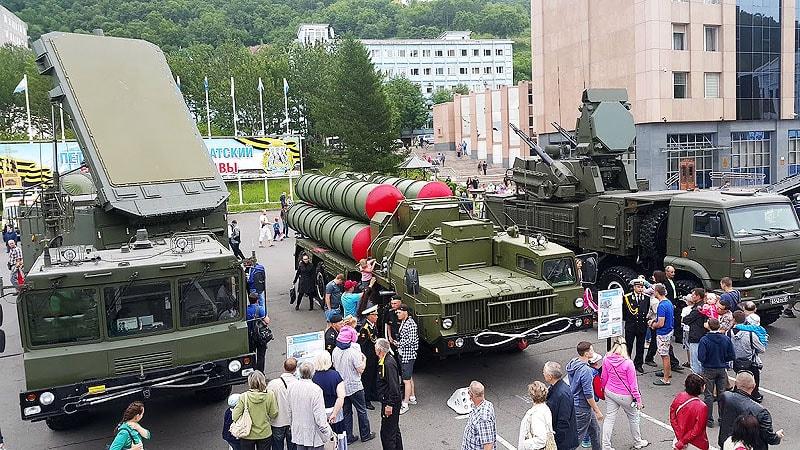 на площади стоит современная военная техника
