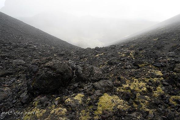 вокруг новообразованных конусов толбачика причудливые вулканические обломки