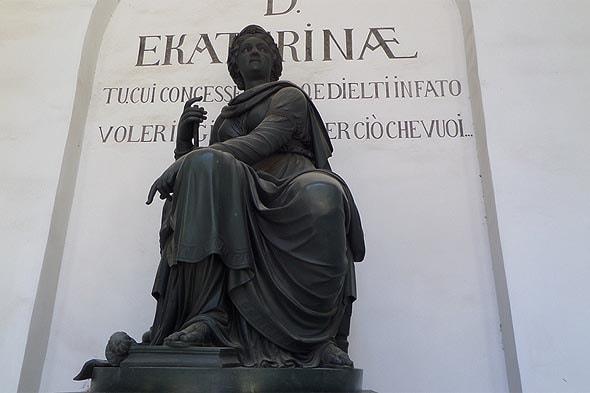 бронзовая фигура  екатерины в виде богини правосудия фемиды