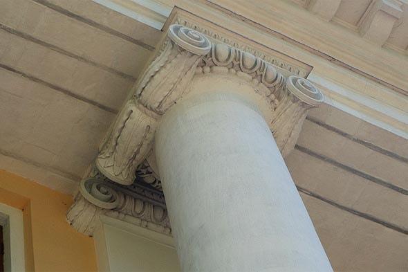 деталь оформления колонн большого дома