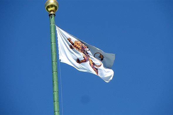 на флагштоке башенки белый флаг с гербом юсуповых