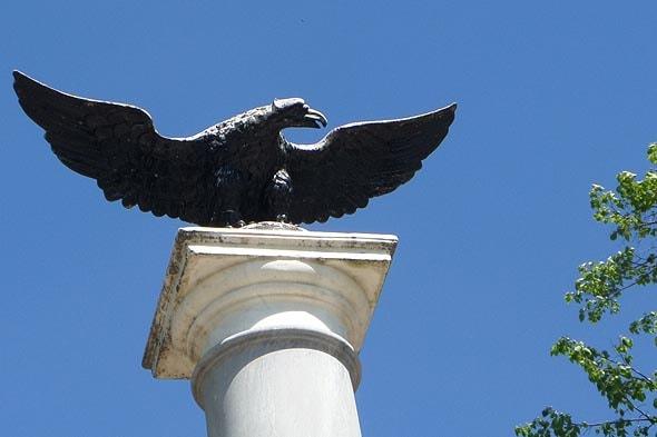 орел на мемориальной колонне в усадьбе архангельское