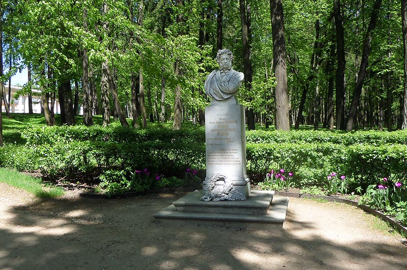 памятник великому поэту Пушкину в усадьбе архангельское