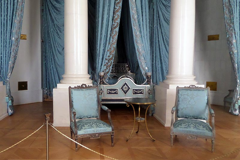 атласная постель в спальне герцогини курляндской