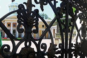 у ворот музея-усадьбы архангельское
