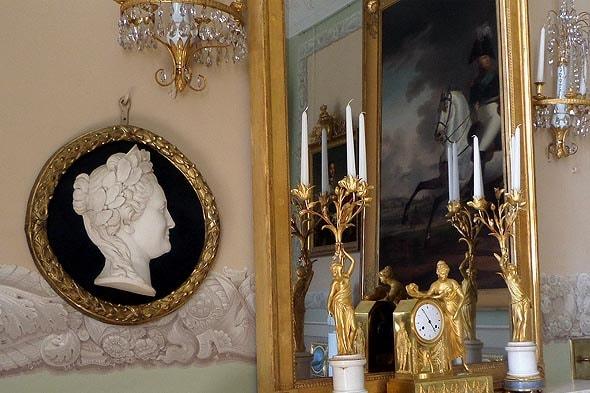 изображение ее величества в императорском зале дворца в архангельском