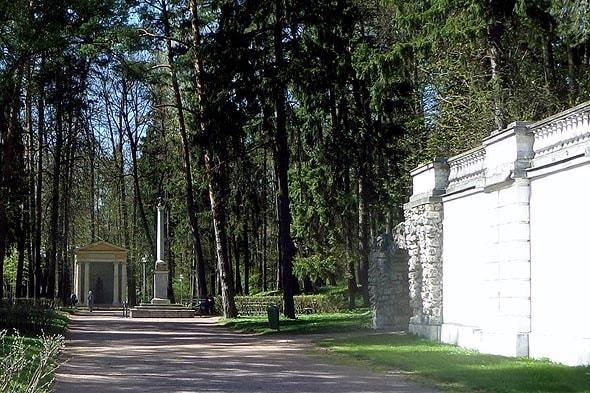 в конце аллеи проходящей параллельно подпорной стене нижней террасы интересное сооружение