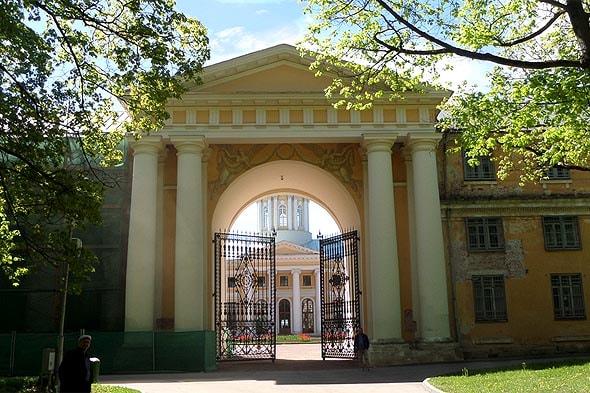 массивное строение въездной арки