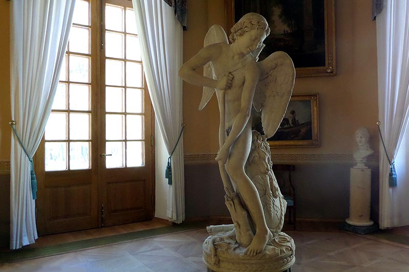 эта скульптура изящного мальчика подростка амура из интерьеров дворца некогда стояла на нижней террасе парка