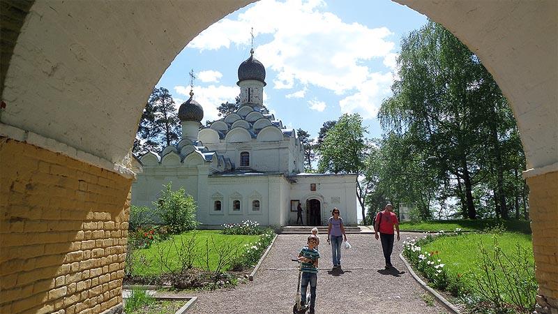 в арке видна церковь михаила архангела