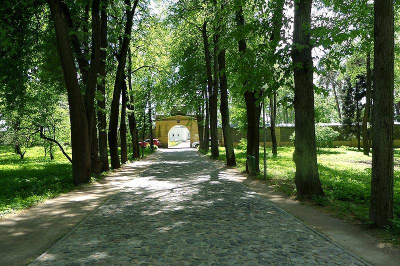 вымощенная булыжником дорога к храму
