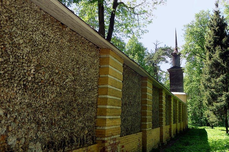 глинобитная ограда бока которой покрыты мелкой галькой
