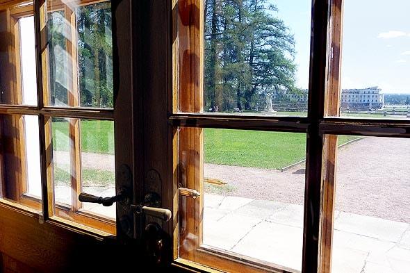 вид из окна большого дома