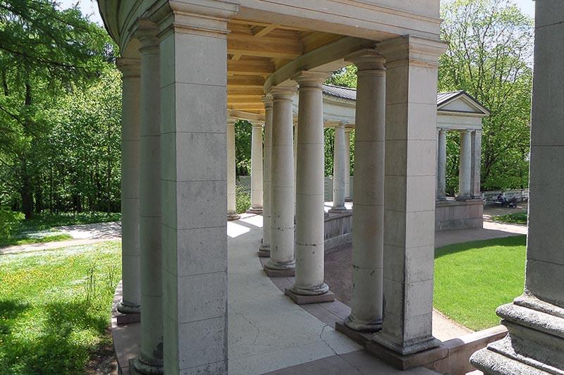 между колонн излюбленное место проведения свадебных фотосессий
