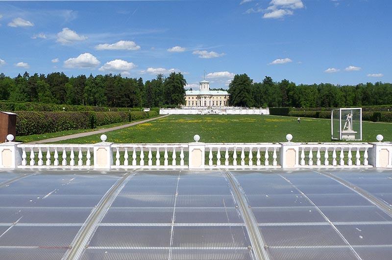 на фоне парка и большого дворца в имении архангельском