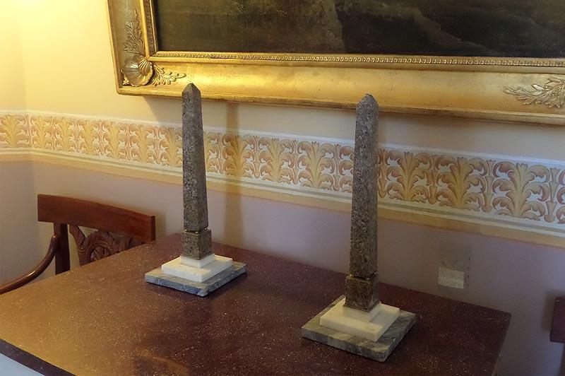 усадьба архангельское обелиски, что стоят на столе в большом доме