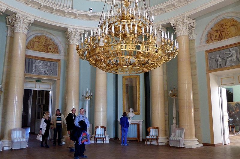 овальный зал большого дома где проходили балы в архангельском