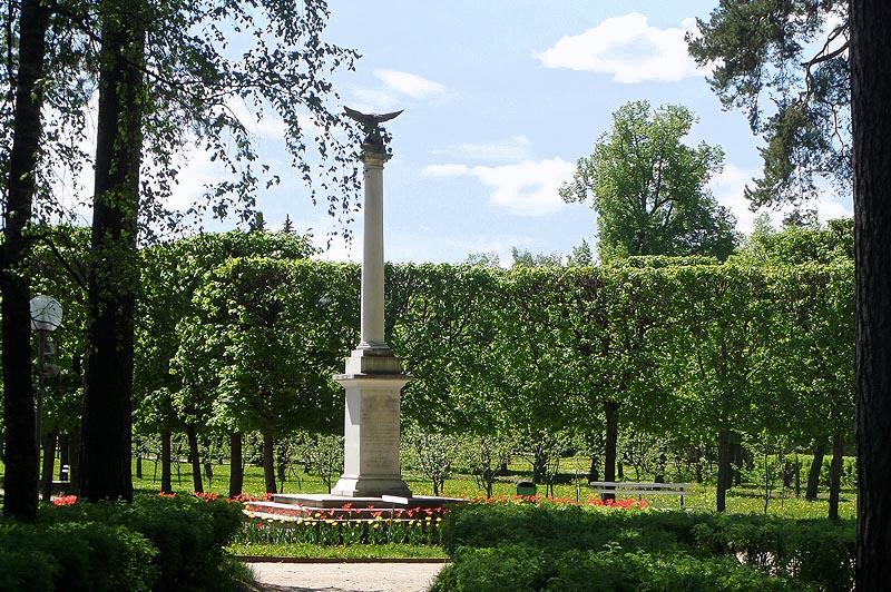 памятная колонна в усадьбе архангельское