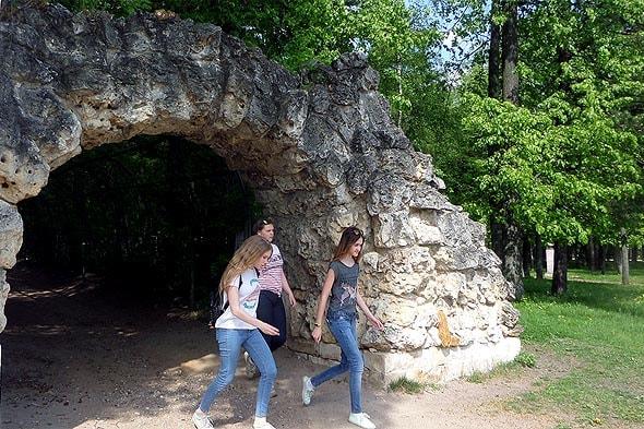 руинная арка и начало огибной дороги