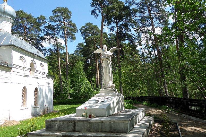 поискать юсуповские сокровища среди могил у храма