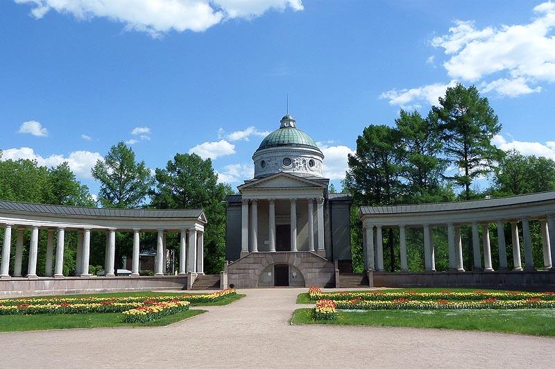 замечательное сооружение колоннада строилось юсуповыми как фамильный некрополь