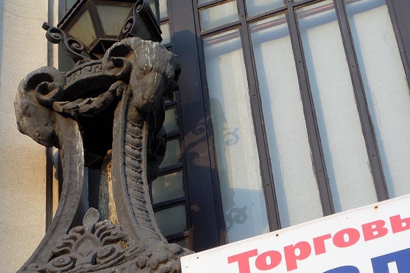 бараны на здании саратовского крытого рынка