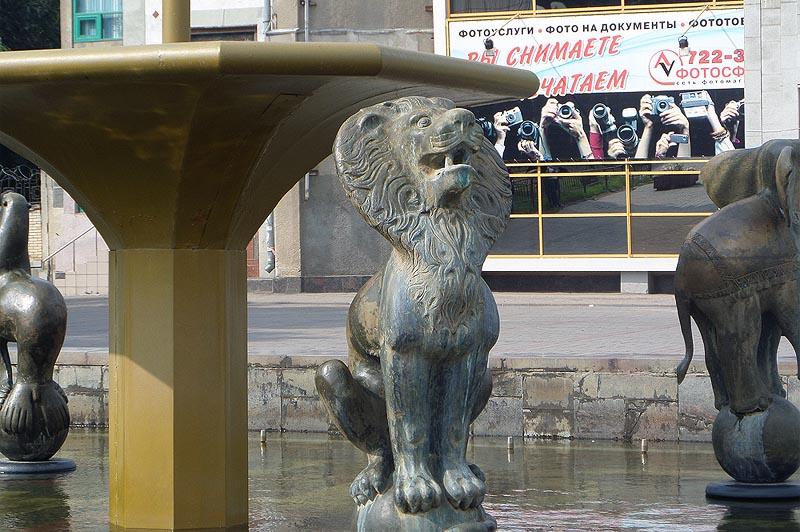 в чаше фонтана купаются бронзовые фигуры дрессированных животных