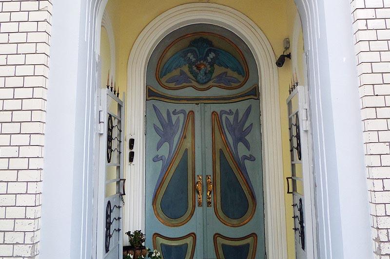 дверь особняка скворцова  в саратове с расписным павлином