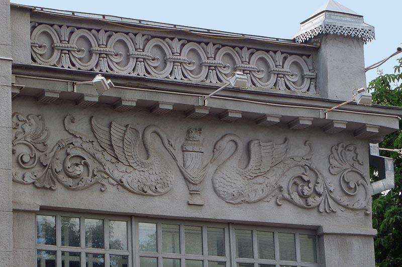 фигуры удивительных полулебедей на особняке шмидта саратов