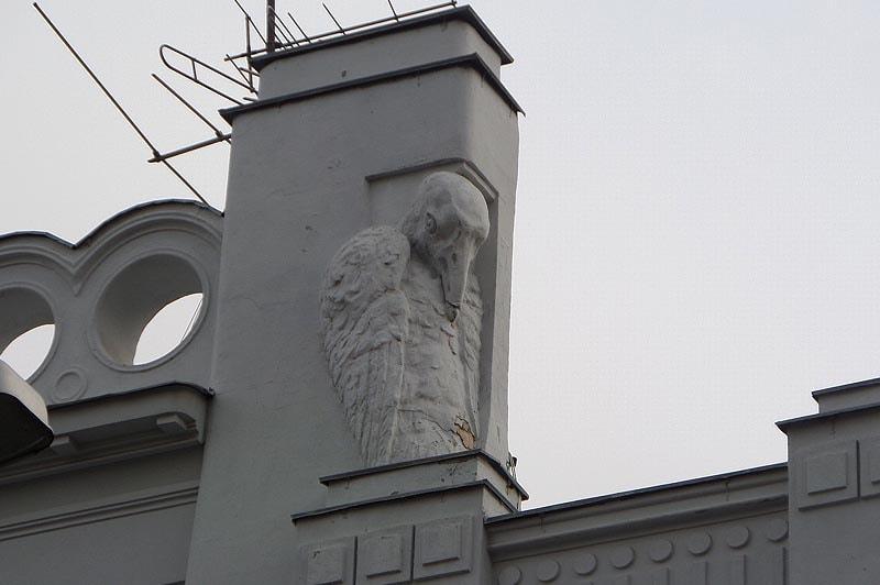 фигуры загадочных птиц на крыше особняка скворцова