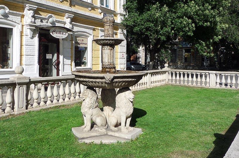 маленький фонтан три льва
