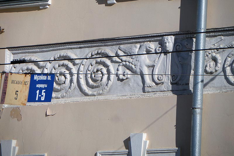упитанные грифончики на фризе саратовского музея краеведения