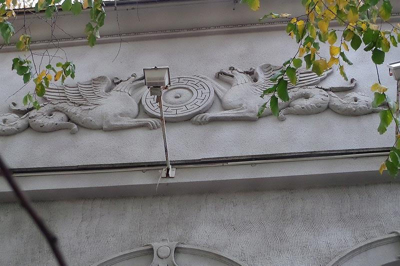 типичные грифоны на особняке шмидта саратов