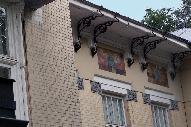 особняк рейнеке изящные кронштейны держат карниз
