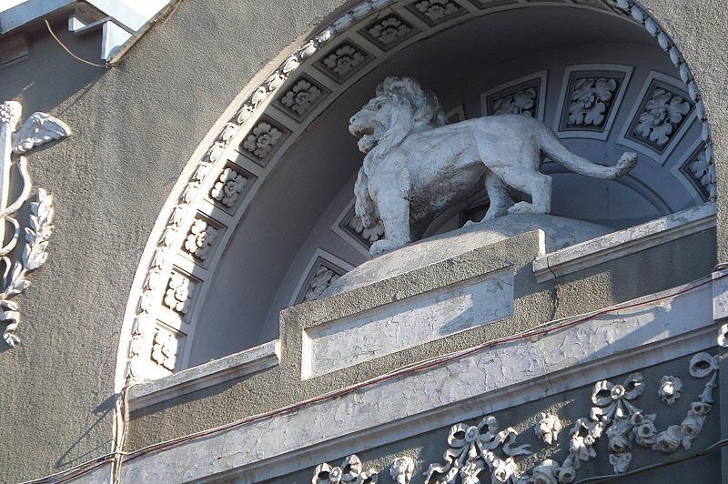лев прочно утвердился на земном шаре торгового дома бендера в саратове