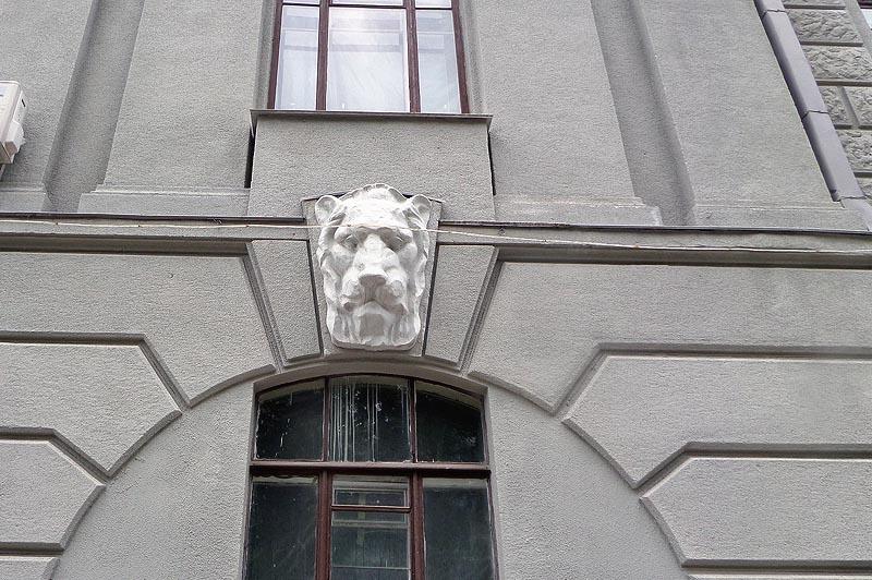 львиная морда на фасаде коммерческого собрания